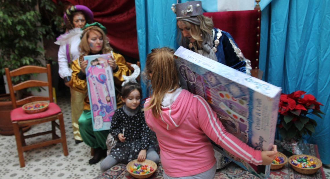 Papel y Tinta y la hermandad de la patrona regalan libros y juguetes
